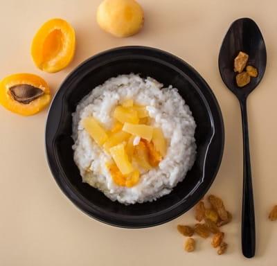 Каша рисовая с добавлением кокосового молока с фруктами