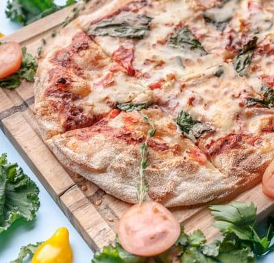 Пицца Маргарита со свежим базиликом