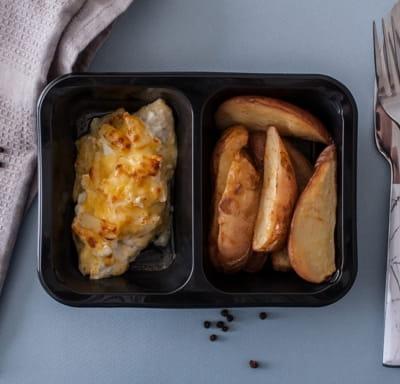 Грудка куриная с ананасами под сыром с картофелем