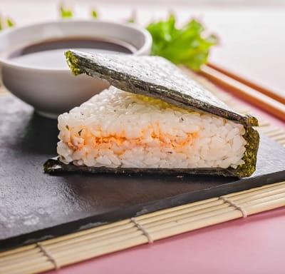 Онигири с лососем в соусе том ям
