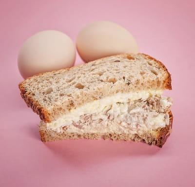 Бутерброд с тунцом и яичным салатом