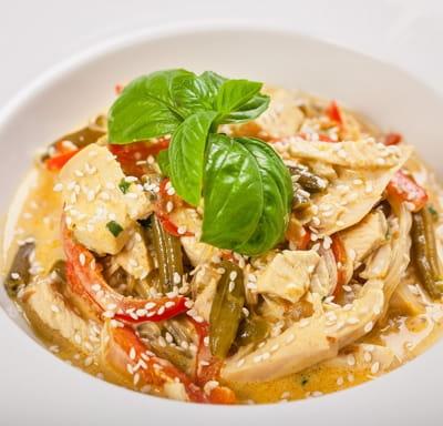 Курица с фунчозой и овощами в тайском соусе (25 мин)