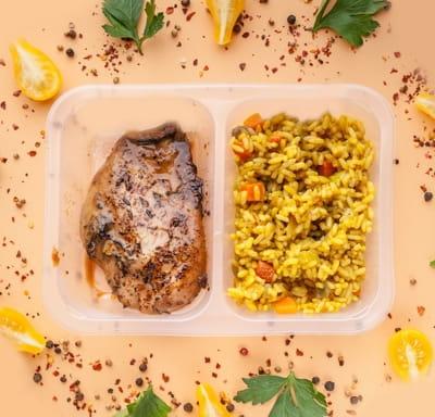 Куриная грудка маринованная с рисом карри и овощами