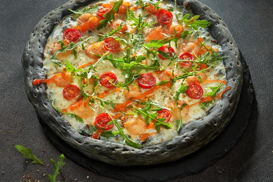 Чёрная пицца с креветками и соусом Чили